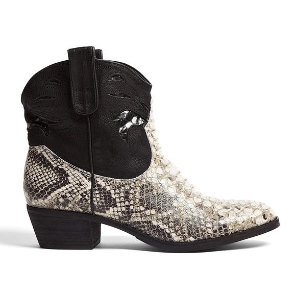 16c52b71f6ca Sam Edelman Stevie Western Snakeskin Ankle Boots. M 5b86c7a234e48a44567702c9